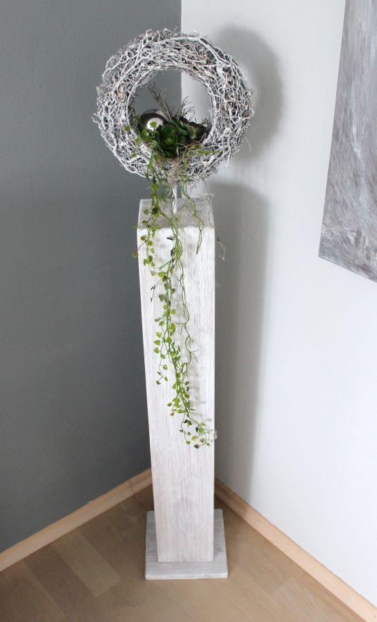 GS49 - Dekosäule für Innen und Aussen! Große Säule, weiß gebeizt aus neuem Holz, natürlich dekoriert mit einem Rebenkranz, einer Edelstahlkugel und künstlichen Sukkulenten! Preis 99,90€