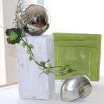 KL36 - Kleine Säule für Innen und Aussen! Kleine Holzsäule, gebeizt und weiß gebürstet, dekoriert mit Materialien aus der Natur, großer Edelstahlkugel und künstlichen Sukkulenten! Preis 44,90€