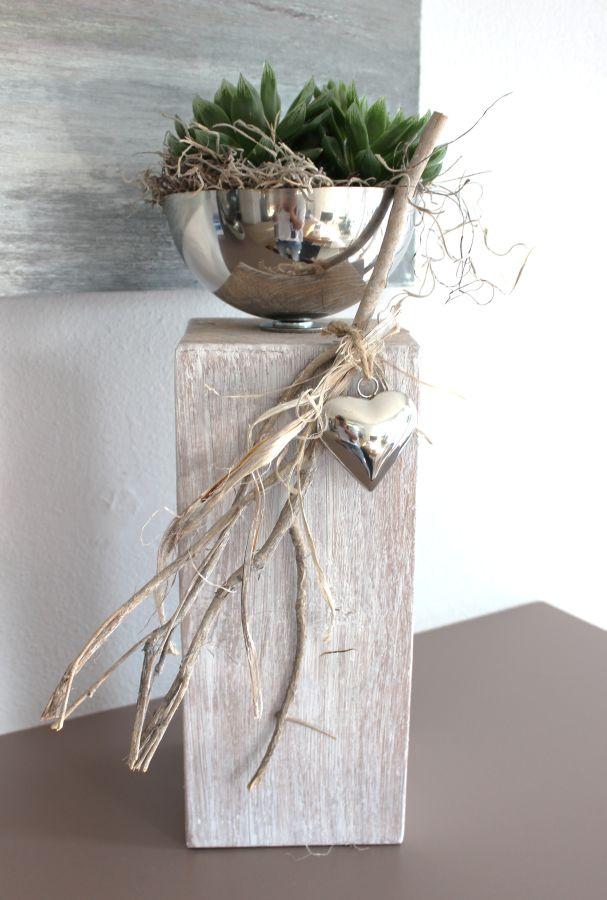 KL37 - Dekosäule für Innen und Aussen! Holzsäule gebeizt und weiß gebürstet! Dekoriert mit Materialien aus der Natur, einem Edelstahlherz und einer Edelstahlschale zum bepflanzen! Höhe ca. 40cm - Preis 54,90€