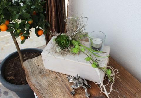 TD67 - Tischdeko für Innen und Aussen! Holzblock weiß gebeizt, dekoriert mit künstlichen Sukkulenten, einem Ornamentherz und einem Teelichtglas! Preis 44,90€