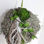 WD63 - Wand, Fenster oder Türdeko! Kunstmooskugel natürlich dekoriert mit Filzbändern, Aludraht und künstlichen Sukkulenten! Preis 29,90€