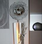 GS63 -Dekosäule für Innen und Aussen zum beleuchten! Große gespaltene Säule, weiß gebeizt aus neuem Holz, dekoriert mit natürlichen Materialien, einem künstlichen Geweih, Edelstahlkugel und Rebenkranz. Der Kranz kann bepflanzt werden, oder nach Belieben dekoriert! Preis 169,90 € Preis mit Dekoration im Kranz und Hirsch 189,90€ Gesamthöhe 145cm - Aufpreis für Beleuchtung 10€