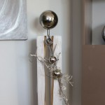 GS66 - Große Dekosäule für Innen und Aussen! Große gespaltene Holzsäule weiß gebeizt, dekoriert mit Materialien aus der Natur, einer kleinen und großen Edelstahlkugel und einem Edelstahlherz! Preis ohne Beleuchtung 119,90€ - Preis mit Beleuchtung 129,90€