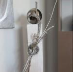 GS67 - Große Dekosäule aus neuem Holz für Innen und Aussen! Weiß gebeizt, dekoriert mit einer großen Edelstahlkugel, natürlichen Materialien, einem kleinem Rebenkranz und einem Ornamentherz! Preis 84,90€