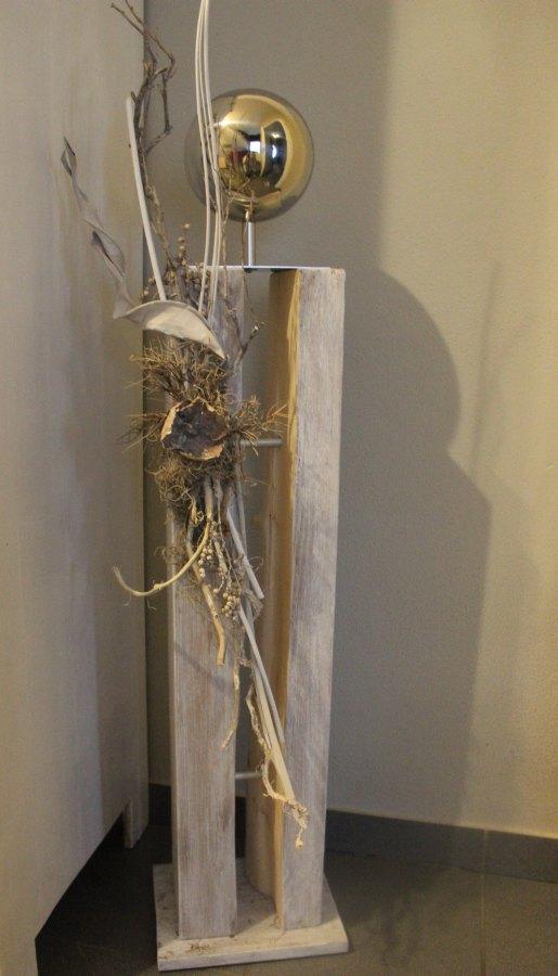 GS15 - Große Dekosäule! Gespaltene Holzsäule, gebeizt und weiß gebürstet! Dekoriert mit Materialien aus der Natur und einer großen Edelstahlkugel auf Fuß! Preis 119,90€ - Aufpreis für Beleuchtung 10€