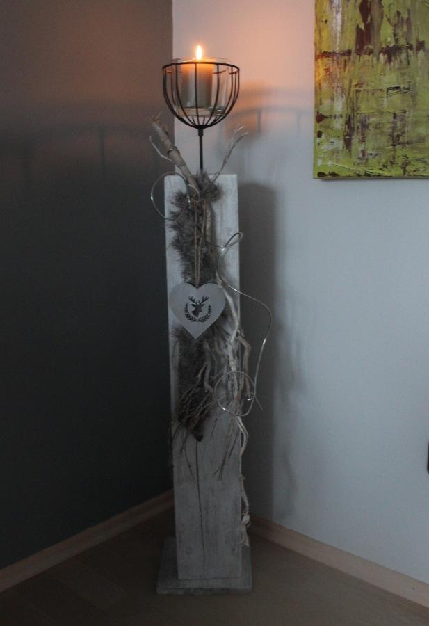GS05 - Säule aus neuem Holz, gebeizt, weiß gebürstet und natürlich dekoriert mit Kunstfell und einem Windlicht! Preis 84,90€
