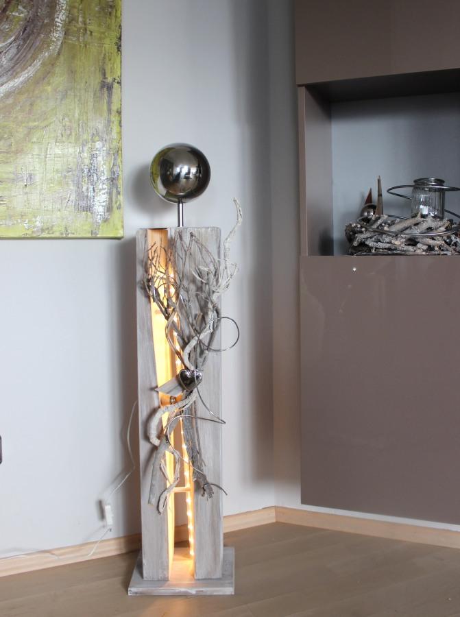 GS24 - Gespaltene Holzsäule, gebeizt und weiß gebürstet! Dekoriert mit Materialien aus der Natur, einem Herz und einer großen Edelstahlkugel auf Fuß! Preis 119,90€ - Aufpreis für Beleuchtung 10€