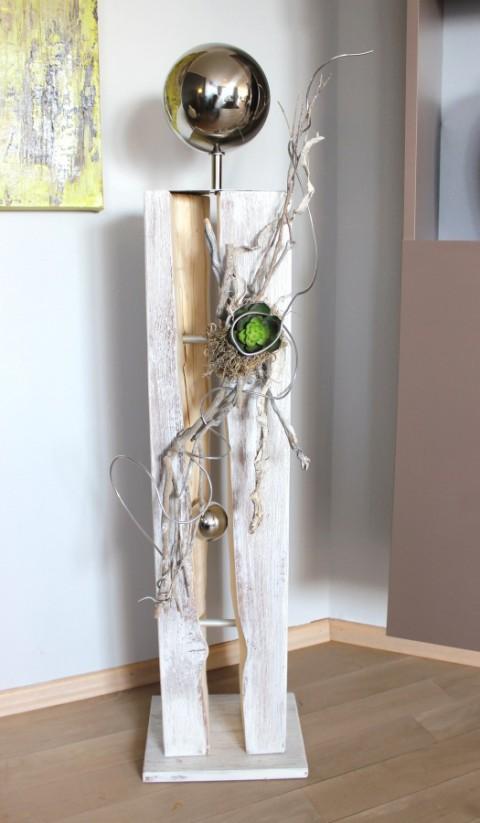 GS26 - Gespaltene Holzsäule, gebeizt und weiß gebürstet! Dekoriert mit Materialien aus der Natur, einer künstlichen Sukkulente und einer großen Edelstahlkugel auf Fuß! Preis 119,90€