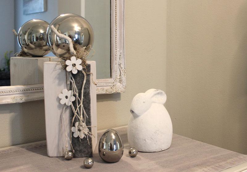 KL58 - Kleine Säule weiß gebeizt, dekoriert mit natürlichen Materialien, Filzband, einer großen Edelstahlkugel und Holzblumen! Preis 44,90€ Höhe ca 35cm