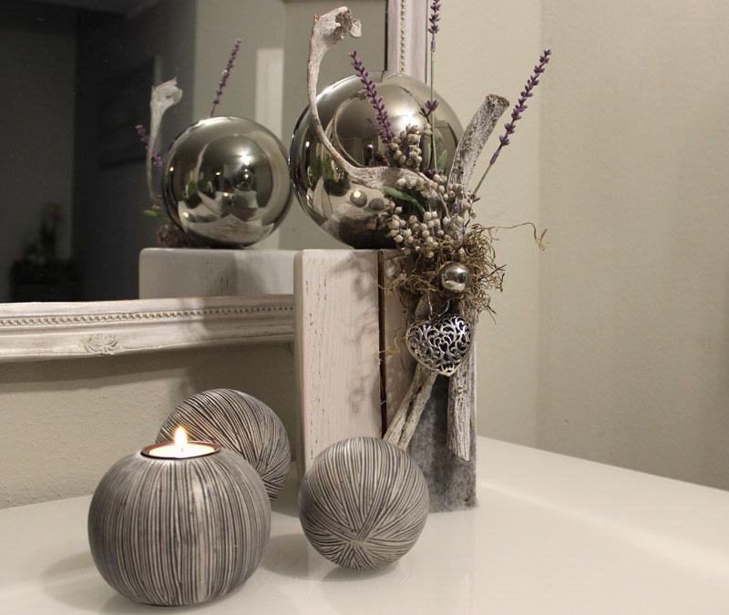 KL57 - Holzsäule weiß gebeizt, dekoriert mit Filzband, Materialien aus der Natur, künstlichen Lavendel, einem silberfarbenen Metallornamentherz, einer großen und kleiner Edelstahlkugel! Preis 54,90€ Höhe ca. 45cm