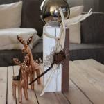 KL40 - Kleine Säule aus altem Holz! Thermisch behandelt, weiß gebeizt, dekoriert mit einem Filzband, natürlichen Materialien und einer Edelstahlkuge! Preis 39,90€ Höhe ca 35cm, Elch 22cm 16,90€, Elch 17cm 9,90€