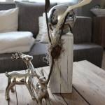 KL41 - Kleine Säule aus altem Holz! Thermisch behandelt, weiß gebeizt, dekoriert mit natürlichen Materialien und einer Edelstahlkugel! Preis 39,90€ Höhe ca 35cm, Hirsch 20cm 14,90€, Hirsch 15cm 9,90€
