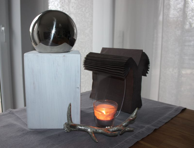 KL42 - Kleine Säule aus neuem Holz! Schlichte Dekosäule, weiß gebeizt mit einer großen Edelstahlkugel! Preis 44,90€ Größe 16x16 cm Höhe ca 40 cm, Preis Geweih 11,90€ Breite 23 cm