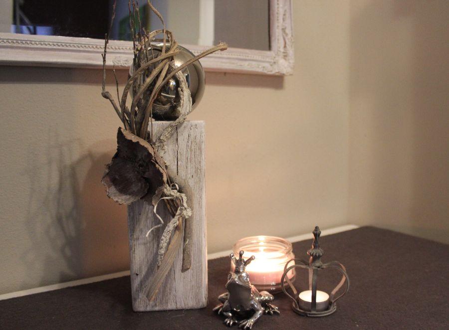 KL23 - Kleine Holzsäule! Altes Holz, gebeizt, gebürstet und natürlich dekoriert mit einer Edelstahlkugel! Preis 44,90€ - Preis Frosch 7,90€ - Preis Krone 5,90€