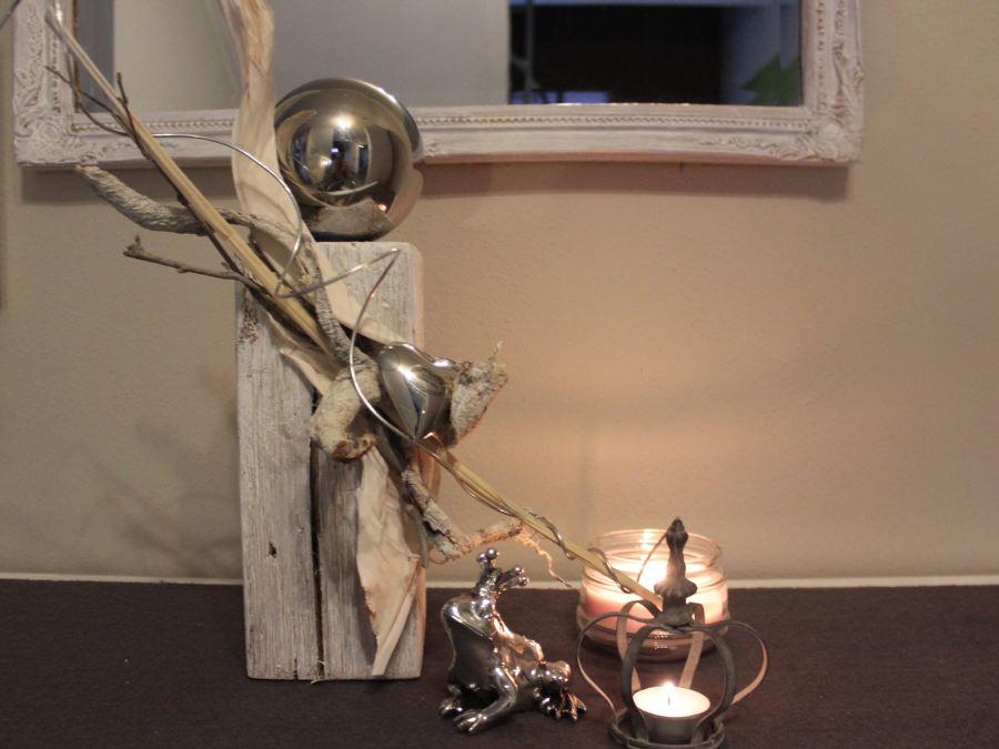 KL21 - Kleine Holzsäule! Altes Holz, gebeizt, gebürstet und natürlich dekoriert mit einer Edelstahlkugel und Herz! Preis 44,90€ - Preis Frosch 7,90€ - Preis Krone 5,90€
