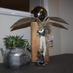 KL22 - Kleine Dekosäule aus altem Holz! Säule aus altem Holz, natürlich dekoriert mit einer Edelstahlkugel und einem Herz! Preis 49,90€ - Preis Teekanne bepflanzt 11,90€ - Preis Frosch 7,90€