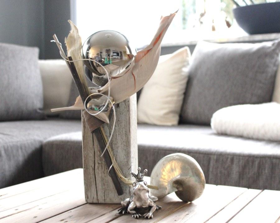 KL25 - Kleine Holzsäule gebeizt und weiß gebürstet, natürlich dekoriert mit einer großen Edelstahlkugel und Edelstahlherz! Preis 44,90€