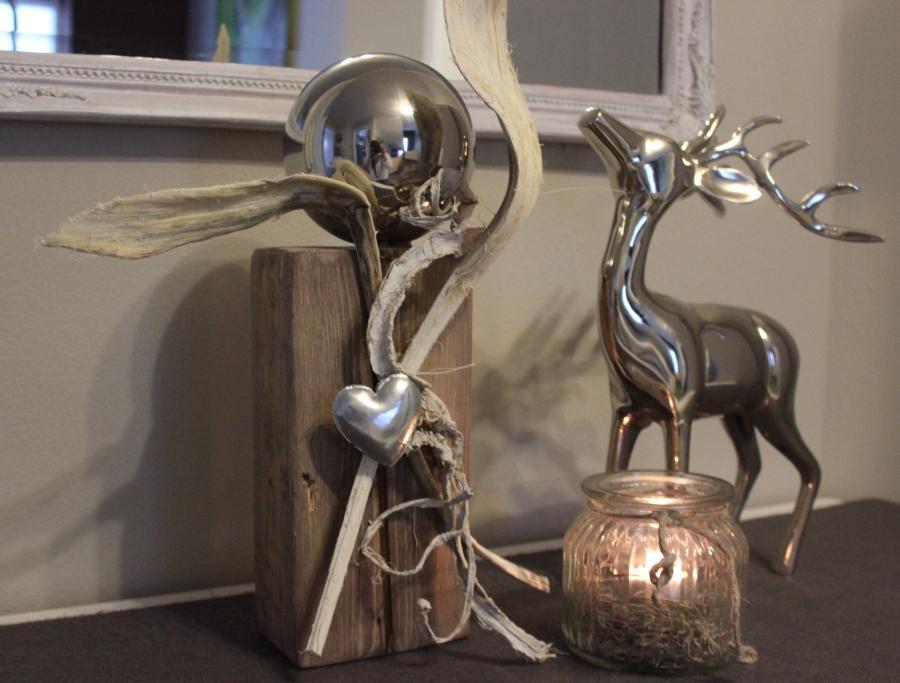 KL09 - Kleine Säule! Altes Holz gebeizt und natürlich dekoriert mit einer großen Edelstahlkugel und Herz ! Preis 44,90€