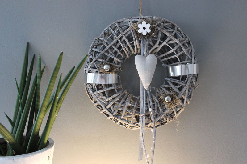 TK30 - Zeitloser Wand oder Türkranz! Kranz aus Rattangeflecht auf Metallgestell, dekoriert mit Metall und Filzbändern, Perlenband, kleinen Edelstahlkugeln, Holzblume und Herz! Preis 44,90€ Durchmesser 35cm