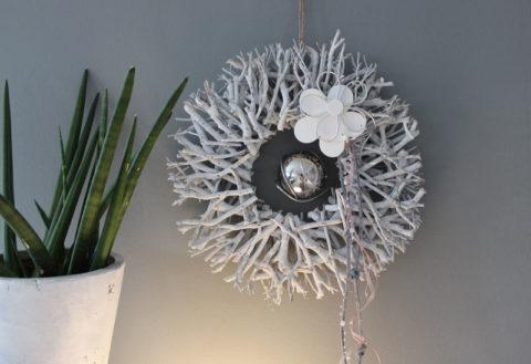 TK30 - Wand oder Türkranz Sonne! Kranz aus einzelnen Holzstücken, dekoriert mit einer Holz-Metallblume, Bändern und einer schwebenden Edelstahlkugel! Preis 34,90€ Durchmesser ca. 30cm