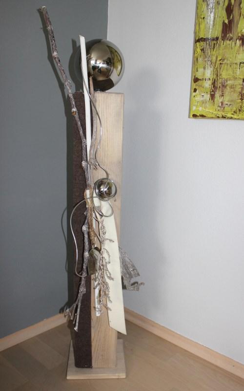 GS02 – Große Dekosäule, passend zu unserer Wand und Tischdeko! Dekoriert mit Filzbändern, natürlichen Materialien,Kuhglocke und einer großen und kleinen Edelstahlkugel! Preis 99,90€