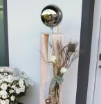 GS60 - Dekosäule für Innen und Aussen! Große gespaltene Säule, weiß gebeizt aus neuem Holz, natürlich dekoriert mit Materialien aus der Natur und künstlichen Callas, Sukkulente, einer kleinen Edelstahlkugel im Inneren und einer großen Edelstahlkugel auf Fuß! Preis 169,90 € - Gesamthöhe 140cm