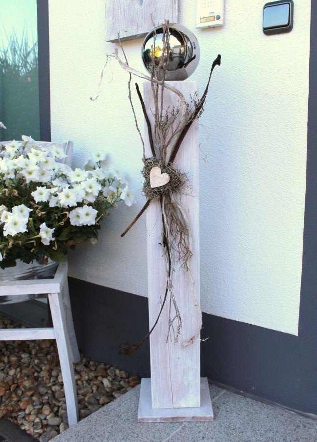 GS61 - Große Dekosäule aus neuem Holz für Innen und Aussen! Weiß gebeizt, dekoriert mit einer großen Edelstahlkugel, natürlichen Materialien, einem Graumoosherz und einem kleinem Holzherz! Preis 84,90€