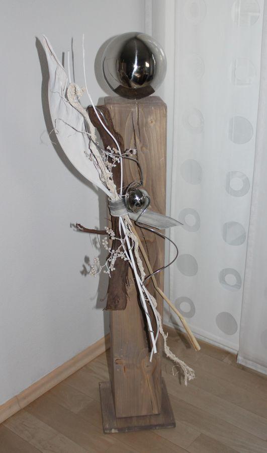 GS33-Große Dekosäule aus neuem Holz für Innen und Aussen! Natürlich dekoriert mit einer großen und kleinen Edelstahlkugel, Strelizienblatt und Weinrebenzweig! Preis 84,90€
