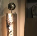 GS36 - Große Dekosäule! Säule gespalten, gebeizt, natürlich dekoriert mit einem Herz und einer großen Edelstahlkugel auf Fuß! Preis 119,90€ - Aufpreis für Beleuchtung 10€