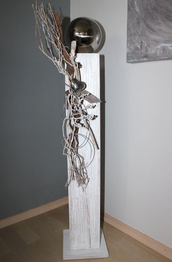 GS37 - Große Dekosäule aus neuem Holz für Innen und Aussen! Weiß gebeizt, natürlich dekoriert mit einer großen Edelstahlkugel, Edelstahlherz und Weinrebenzweig! Preis 84,90€