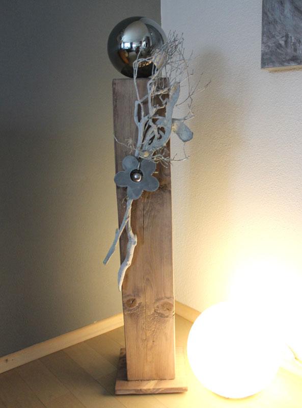 GS101 - Große Säule, cappuchinofarbig gebeizt, natürlich dekoriert mit einer großen Edelstahlkugel, eine Betonblume mit kleiner Edelstahlkugel,und Naturmaterialien! Preis 84,90€ Höhe ca 100cm