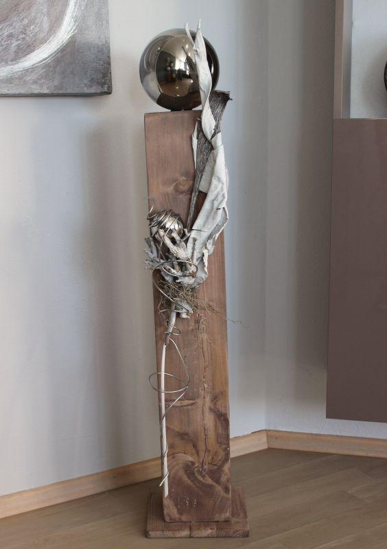 GS74 - Große Säule, cappuchinofarbig gebeizt, natürlich dekoriert mit einer großen und kleinen Edelstahlkugel, Strelizienblatt und Naturmaterialien! Preis 84,90€ Höhe ca 100cm