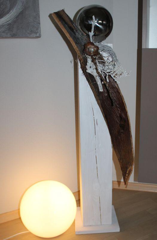 GS75 - Große Säule für Innen und Außen! Säule aus neuem Holz weiß gebeizt, dekoriert mit einem großen Kokosblatt, natürlichen Materialien, einem Rebenkranz und einer Edelstahlkugel! Preis 99,90€ Höhe ca 100cm