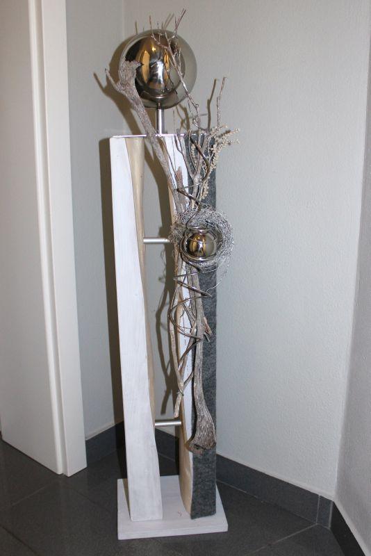 GS76 - Große gespaltene Säule, dekoriert mit natürlichen Materialien, Filzband, einem kleinem Rebenkranz und einer großen und kleinen Edelstahlkugel! Preis 119,90 € Mit Beleuchtung 129,90€ Höhe ca 105cm