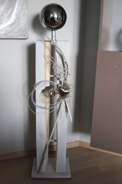 GS106 - Große gespaltene Säule mit schwebender Edelstahlkugel! Größe Dekosäule weiß gebeizt, dekoriert mit natürlichen Materialien, Aludraht, Edelstahlherz und einer großen Edelstahlkugel! Preis 139,90€ Aufpreis Beleuchtung 10,00€ Höhe ca 105cm