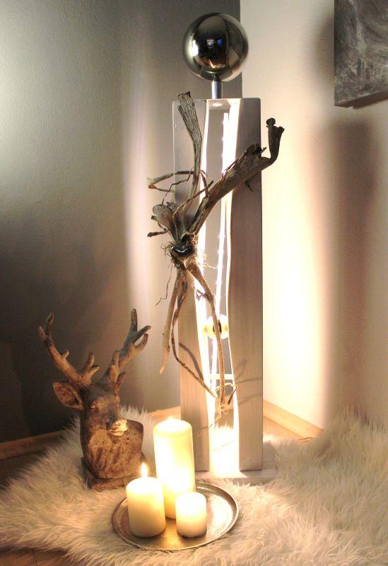 GS113 - Große gespaltene Säule weiß gebeizt, dekoriert mit Materialien aus der Natur, einem Edelstahlherz, einer kleinen und einer großen Edelstahlkugel! Preis 119,90€ Höhe ca.105cm Aufreis Beleuchtung 10,00€ Metallteller Preis 19,90€ Durchmesser 25cm