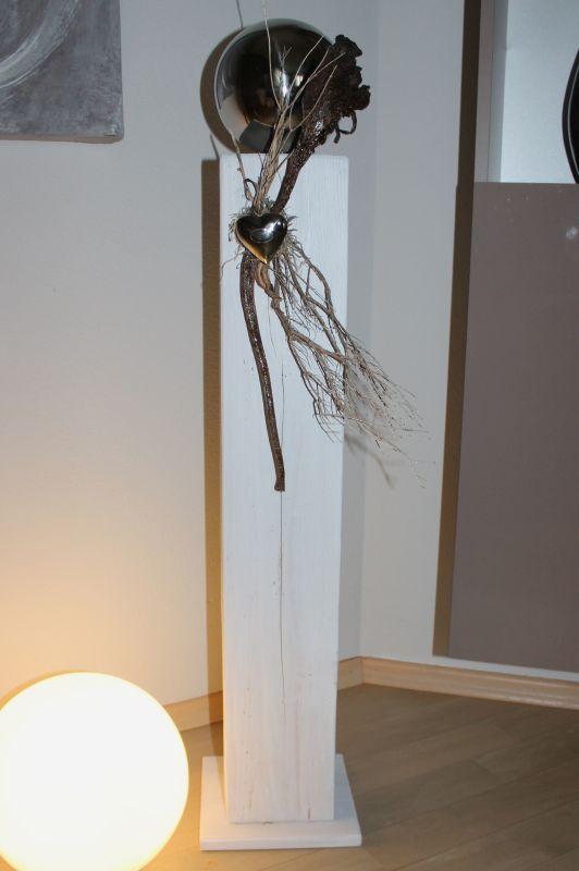 GS114 - Große Dekosäule für Innen und Außen! Große Säule aus neuem Holz,weiß gebeizt, dekoriert mit natürlichen Materialien, einem Edelstahlherz und mit einer großen Edelstahlkugel! Preis 84,90€ Höhe ca. 100cm