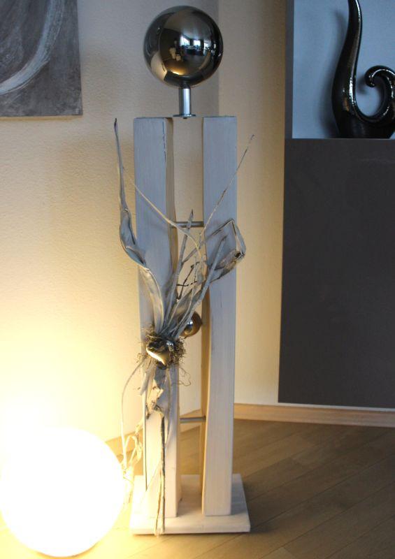 GS115 - Große gespaltene Säule weiß gebeizt, dekoriert mit Materialien aus der Natur, einem Edelstahlherz, einer kleinen und einer großen Edelstahlkugel! Preis 119,90€ Höhe ca.105cm