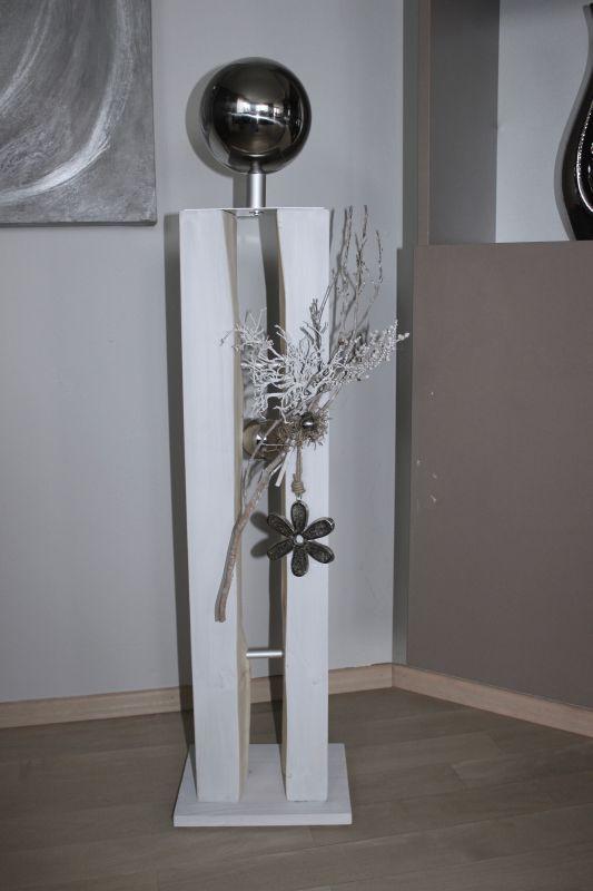 GS117 - Große gespaltene Säule, weiß gebeizt, dekoriert mit natürlichen Materialien, einer großen und kleiner Edelstahlkugel und einer Metallblume! Preis 119,90 Höhe ca. 105cm