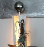 GS40 - Große Dekosäule aus neuem Holz für Innen und Aussen! Gespaltene Säule, weiß gebeizt und natürlich dekoriert mit einer großen und kleinen Edelstahlkugel, künstlichen Sukkulente und Weinrebenast! Preis 119,90€ - Aufpreis für Beleuchtung 10€