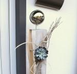 GS44 - Große Dekosäule für Innen und Aussen! Gespaltene Holzsäule, gebeizt und weiß gebürstet! Dekoriert mit Materialien aus der Natur, einer künstlichen Sukkulente und einer großen Edelstahlkugel auf Fuß! Preis 119,90€