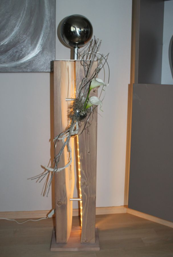 GS50 - Große Dekosäule für Innen und Aussen! Große gespaltene Holzsäule cappuccinofarbig gebeizt, natürlich dekoriert mit zwei künstlichen Callas, einem Herz und einer großer und kleiner Edelstahlkugel! Preis ohne Beleuchtung 119,90€