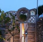 GS52 - Dekosäule für Innen und Aussen zum beleuchten! Große gespaltene Säule, weiß gebeizt aus neuem Holz, natürlich dekoriert mit natürlichen Materialien, einem Edelstahlherz und Rebenkranz. Der Kranz kann bepflanzt werden, oder nach belieben dekoriert! Preis 169,90 € - Aufpreis für Beleuchtung 10€