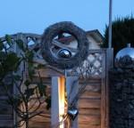 GS53 - Dekosäule für Innen und Aussen zum beleuchten! Große gespaltene Säule, weiß gebeizt aus neuem Holz, natürlich dekoriert mit natürlichen Materialien, einem Edelstahlherz und Rebenkranz . Der Kranz kann bepflanzt werden, oder nach belieben dekoriert! Preis 169,90 € - Aufpreis für Beleuchtung 10€