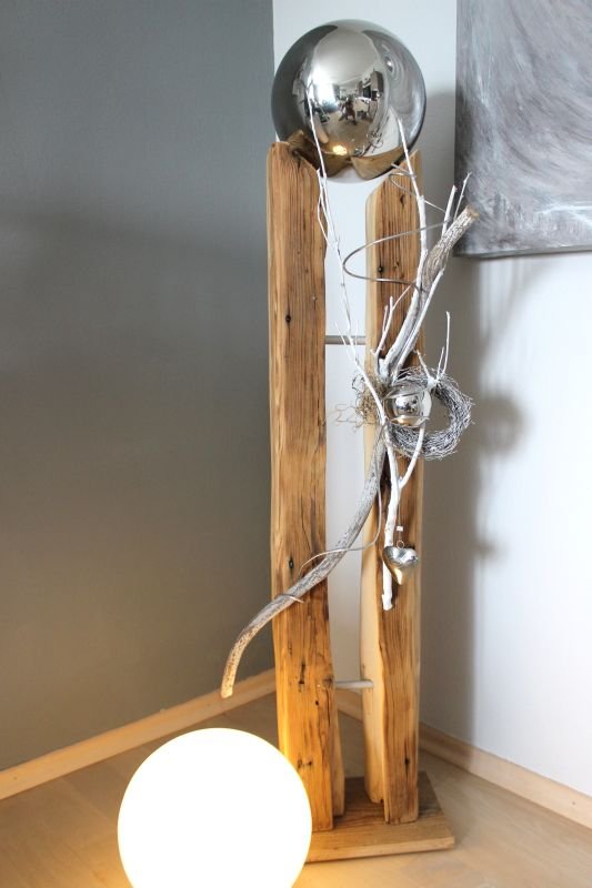 GS103 - Große Säule aus altem Holz, dekoriert mit Materialien aus der Natur, einem Weidenkranz, einem Edelstahlherz, einer kleinen und einer großen Edelstahlkugel die herausnehmbar ist! Preis 169,90€ Höhe ca. 110cm