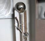 GS104 - Große gespaltene Säule, dekoriert mit Materialien aus der Natur, Filzband, einem Edelstahlherz, einer kleinen und einer großen Edelstahlkugel die herausnehmbar ist! Preis 149,90€ Höhe ca. 110cm