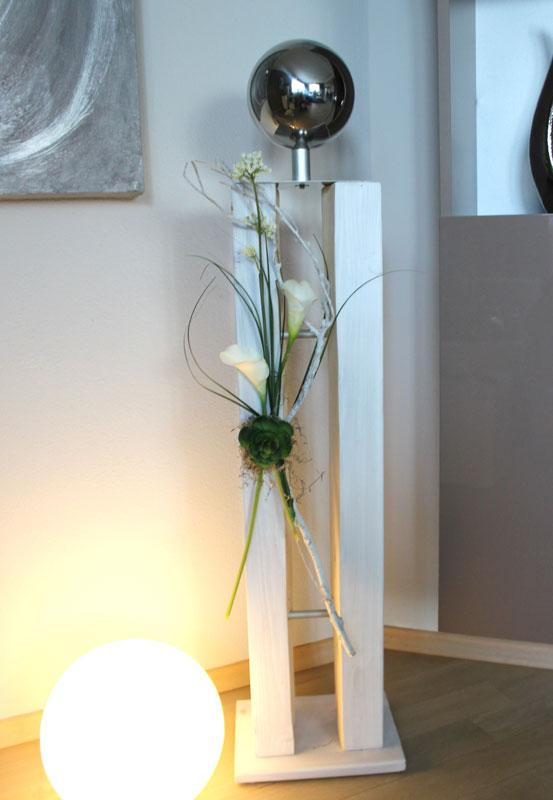 GS102 - Große Dekosäule für innen und außen! Gespaltene Säule weiß gebeizt, dekoriert mit künstlichen Gräsern, Schafgarbe, Callas, Sukkulenten, natürlichen Materialien und einer großen Edelstahlkugel! Preis 119,90€ Höhe ca 105cm