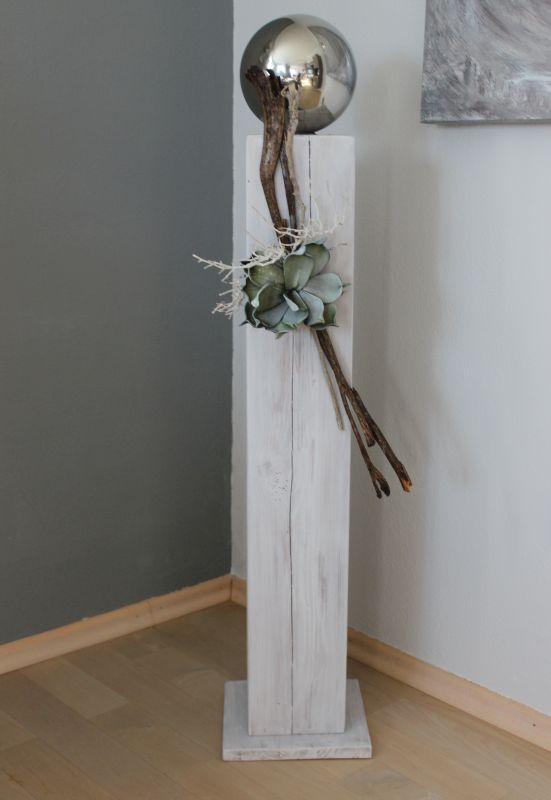 GS77 - Große Dekosäule aus neuem Holz für Innen und Aussen! Weiß gebeizt, dekoriert mit einer großen Edelstahlkugel, natürlichen Materialien und einer künstlichen Sukkulente! Preis 84,90€ Höhe ca 100cm
