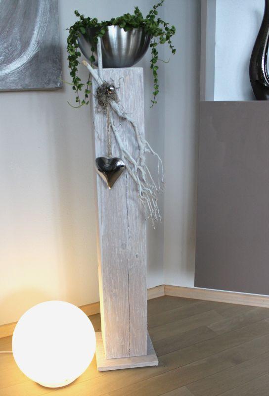 GS99 - Dekosäule für Innen und Aussen! Holzsäule gebeizt und weiß gebürstet! Dekoriert mit Materialien aus der Natur, einem Edelstahlherz und einer Edelstahlschale zum bepflanzen! Preis 84,90€ Höhe ca 100cm
