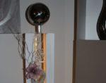 GS98 - Große Dekosäule für Innen und Aussen! Große gespaltene Holzsäule weiß gebeizt, dekoriert mit Materialien aus der Natur, einem kleinen Rebenkranz, einer künstlichen Magnolienblüte und einer großen und kleine Edelstahlkugel! Preis 119,90€ Mit Beleuchtung 129,90€ Höhe ca 105cm